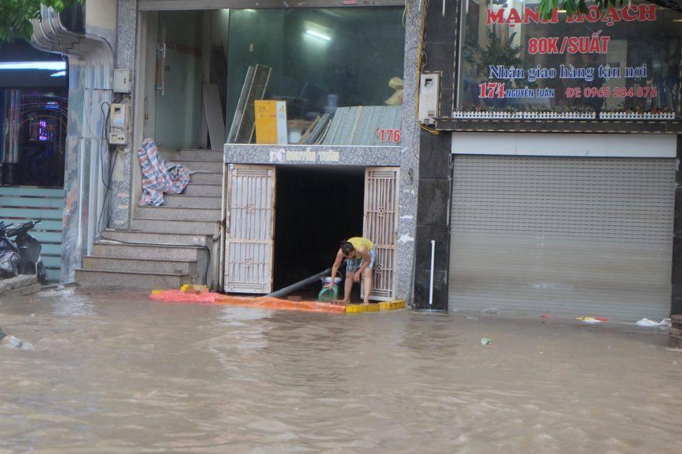Chùm ảnh: Người Hà Nội mặc áo mưa ăn trưa giữa đường phố ngập lênh láng - Ảnh 3.