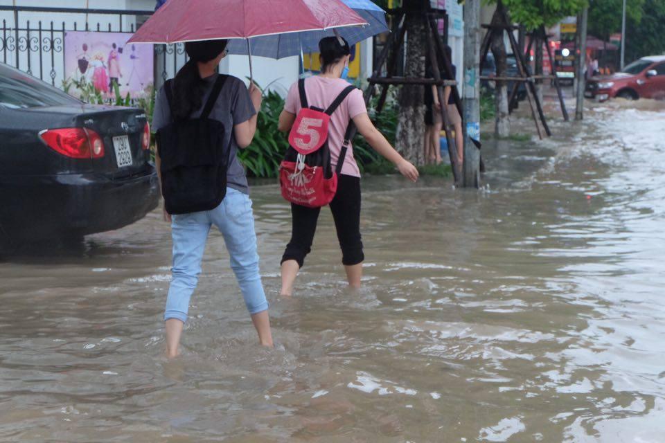 Chùm ảnh: Người Hà Nội mặc áo mưa ăn trưa giữa đường phố ngập lênh láng - Ảnh 6.