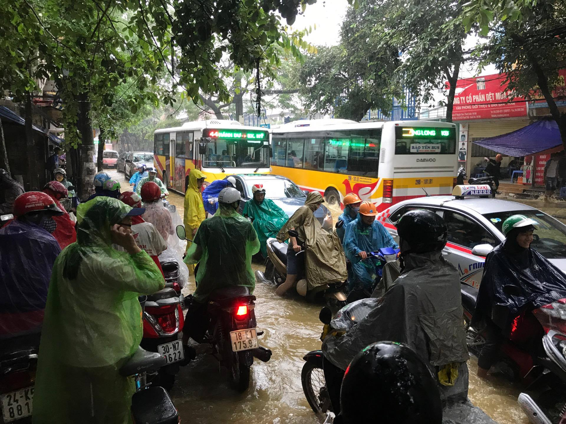 Ảnh hưởng của bão số 2: Hà Nội mưa lớn kéo dài, nhiều tuyến phố chìm trong biển nước - Ảnh 20.