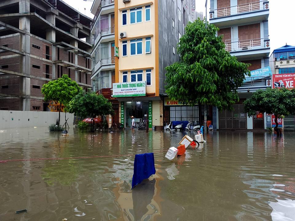 Ảnh hưởng của bão số 2: Hà Nội mưa lớn kéo dài, nhiều tuyến phố chìm trong biển nước - Ảnh 21.