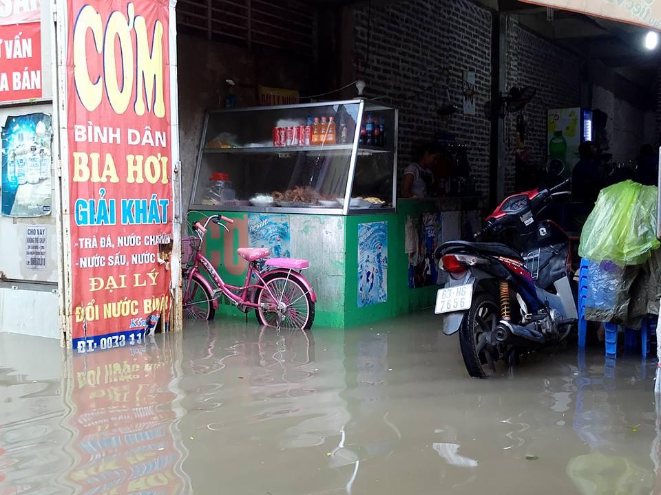 Ảnh hưởng của bão số 2: Hà Nội mưa lớn kéo dài, nhiều tuyến phố chìm trong biển nước - Ảnh 22.