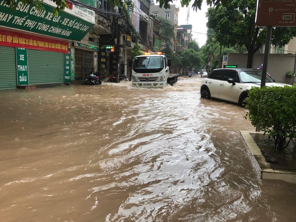 Ảnh hưởng của bão số 2: Hà Nội mưa lớn kéo dài, nhiều tuyến phố chìm trong biển nước - Ảnh 24.