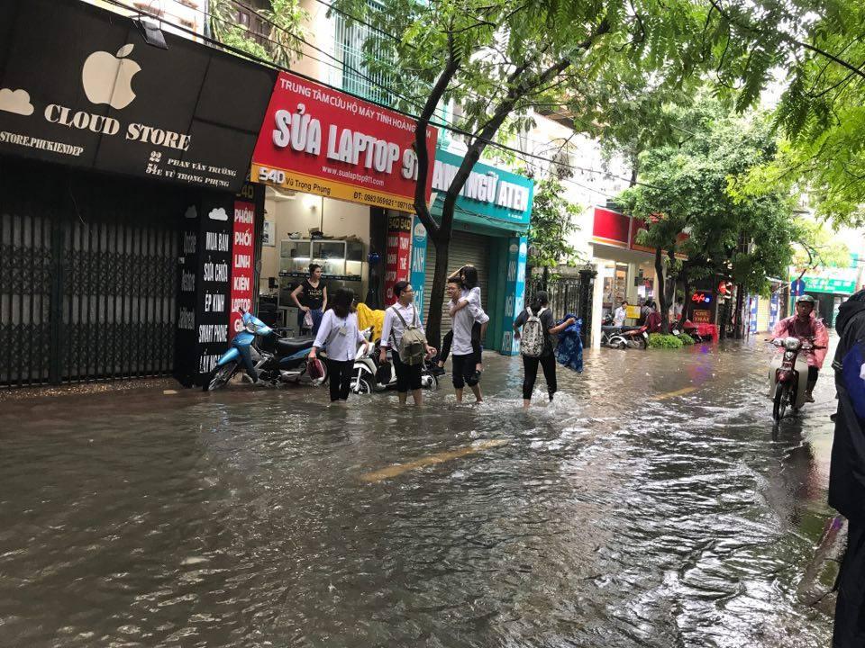 Ảnh hưởng của bão số 2: Hà Nội mưa lớn kéo dài, nhiều tuyến phố chìm trong biển nước - Ảnh 26.