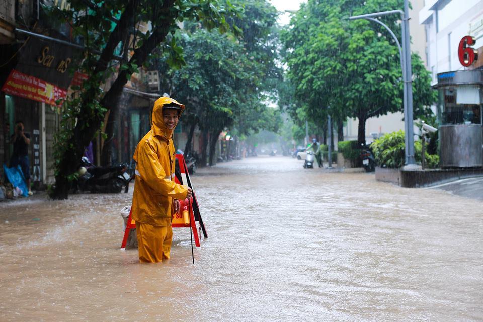 Ảnh hưởng của bão số 2: Hà Nội mưa lớn kéo dài, nhiều tuyến phố chìm trong biển nước - Ảnh 23.
