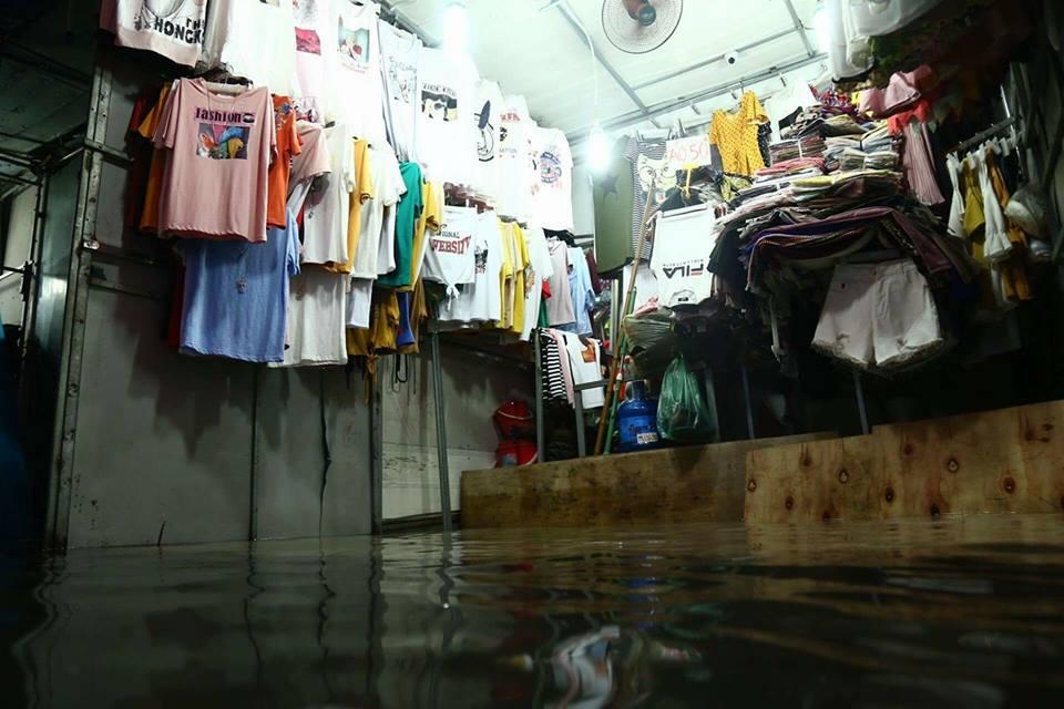 Ảnh hưởng của bão số 2: Hà Nội mưa lớn kéo dài, nhiều tuyến phố chìm trong biển nước - Ảnh 27.