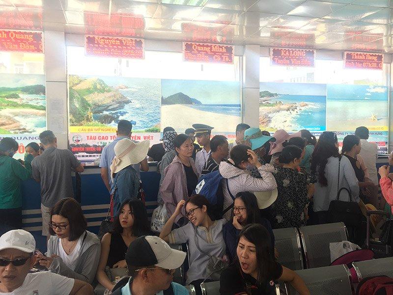 Hơn 3.000 du khách mắc kẹt ở đảo Cô Tô sau ảnh hưởng của bão số 2 - Ảnh 1.