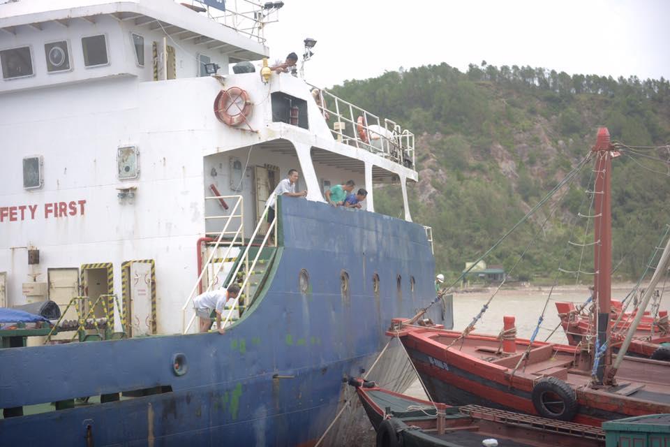 Vụ 13 người mất tích trong cơn bão số 2: Đưa thuyền viên còn sống lên bờ - Ảnh 1.
