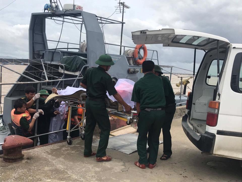 Vụ 13 người mất tích trong cơn bão số 2: Đưa thuyền viên còn sống lên bờ - Ảnh 5.