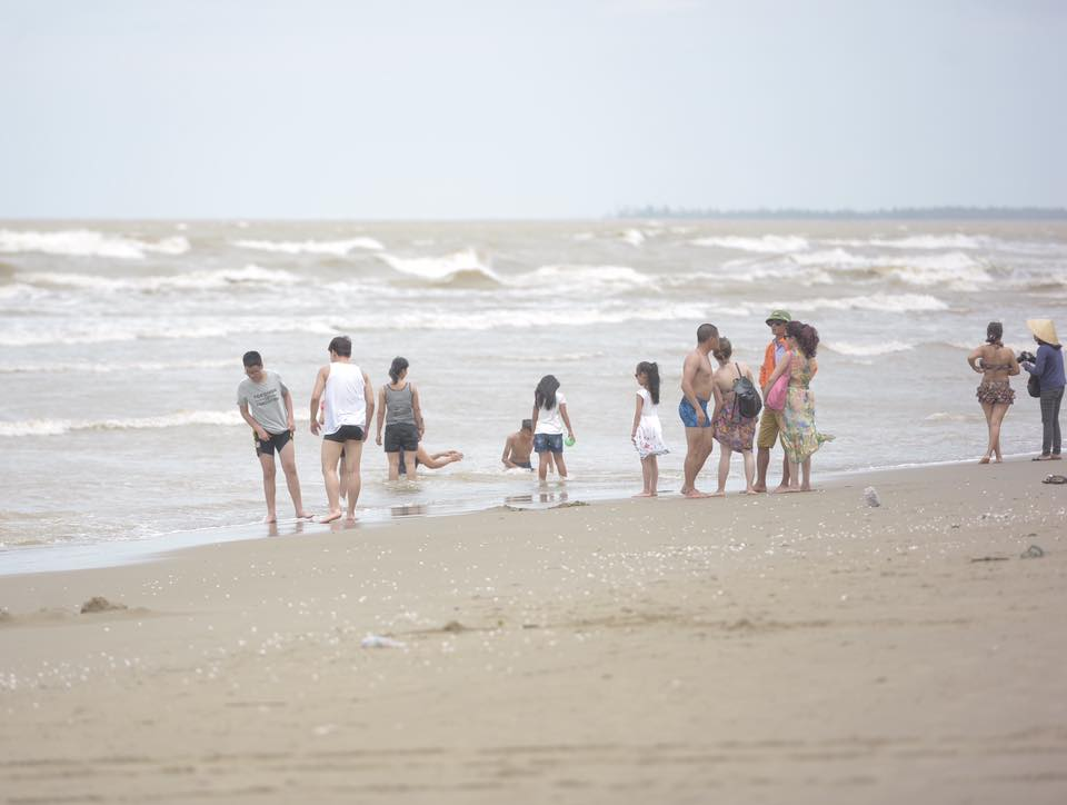 Chùm ảnh: Bất chấp sóng to gió lớn sau bão số 2, nhiều gia đình vẫn đưa trẻ em ra tắm biển Cửa Lò - Ảnh 1.