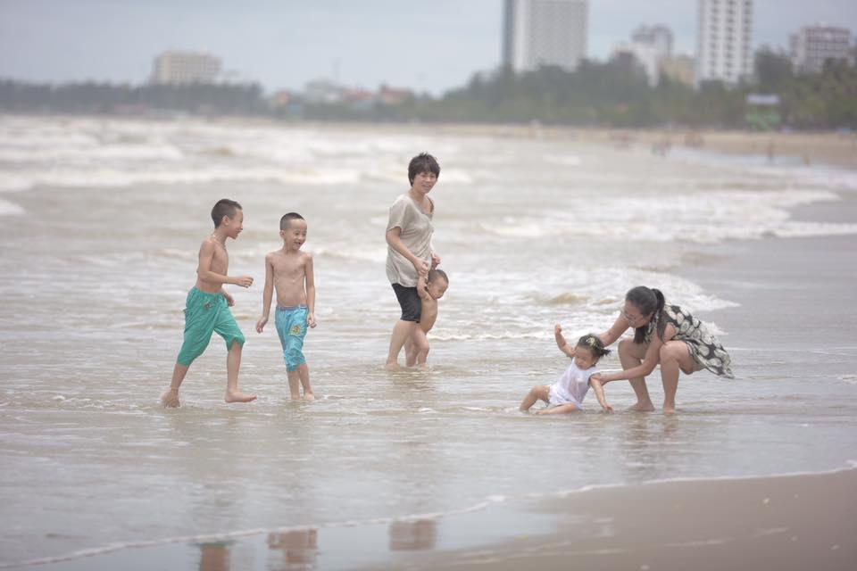 Chùm ảnh: Bất chấp sóng to gió lớn sau bão số 2, nhiều gia đình vẫn đưa trẻ em ra tắm biển Cửa Lò - Ảnh 6.