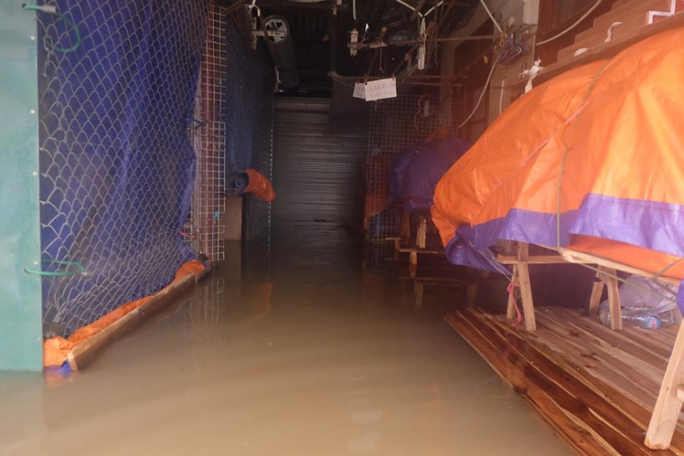 Chợ Nhà Xanh thất thủ, nước ngập sâu hơn 1m sau bão số 2 - Ảnh 2.