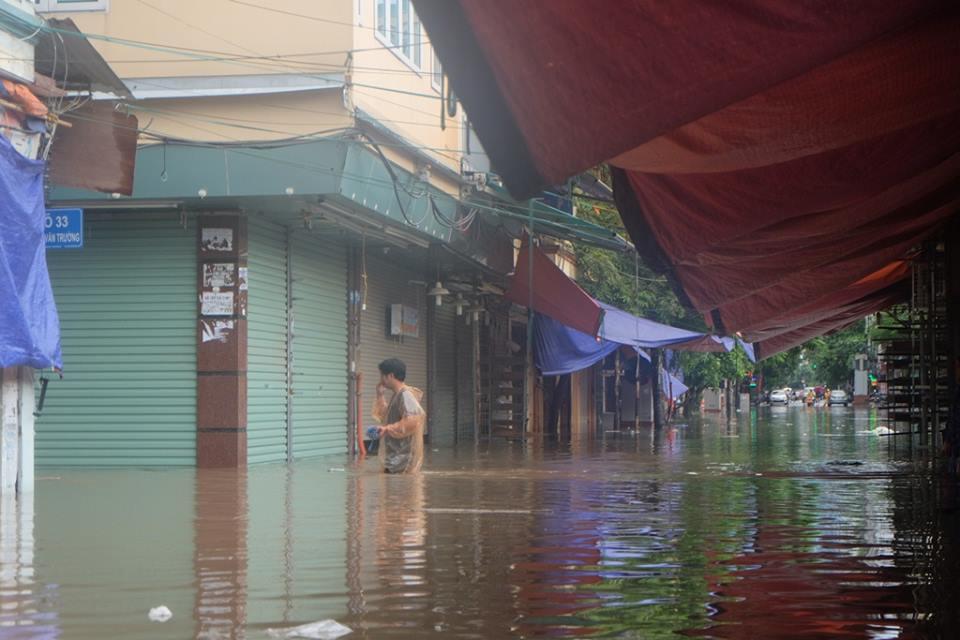 Chợ Nhà Xanh thất thủ, nước ngập sâu hơn 1m sau bão số 2 - Ảnh 6.