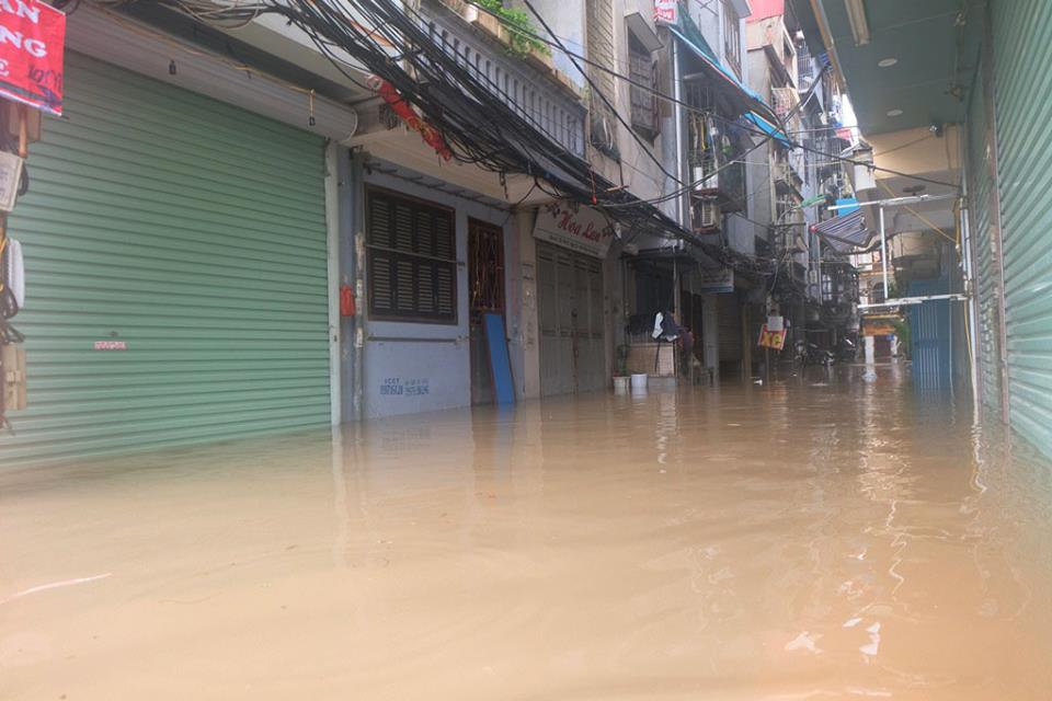 Chợ Nhà Xanh thất thủ, nước ngập sâu hơn 1m sau bão số 2 - Ảnh 5.