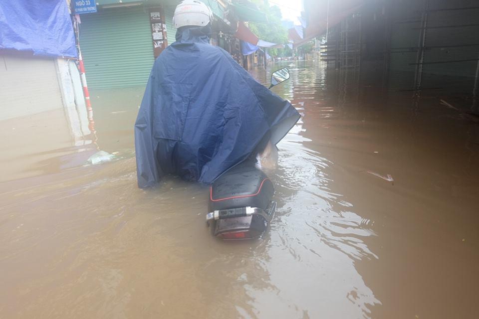 Chợ Nhà Xanh thất thủ, nước ngập sâu hơn 1m sau bão số 2 - Ảnh 9.