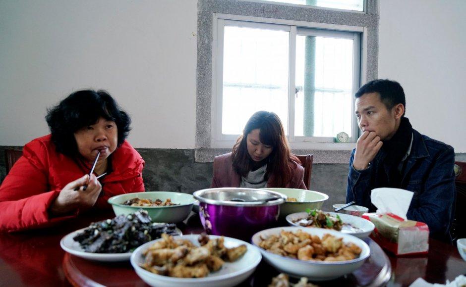 Ứng dụng cho thuê người yêu nở rộ ở Trung Quốc: Áp lực gia đình đè nặng lên vai gái ế - Ảnh 2.