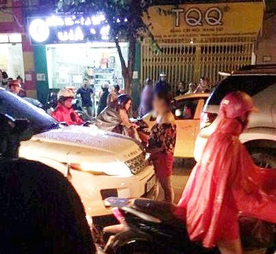 Hà Nội: Vợ ôm con gào thét rồi ngất xỉu khi bắt quả tang chồng cặp kè với nhân tình trên xe - Ảnh 2.