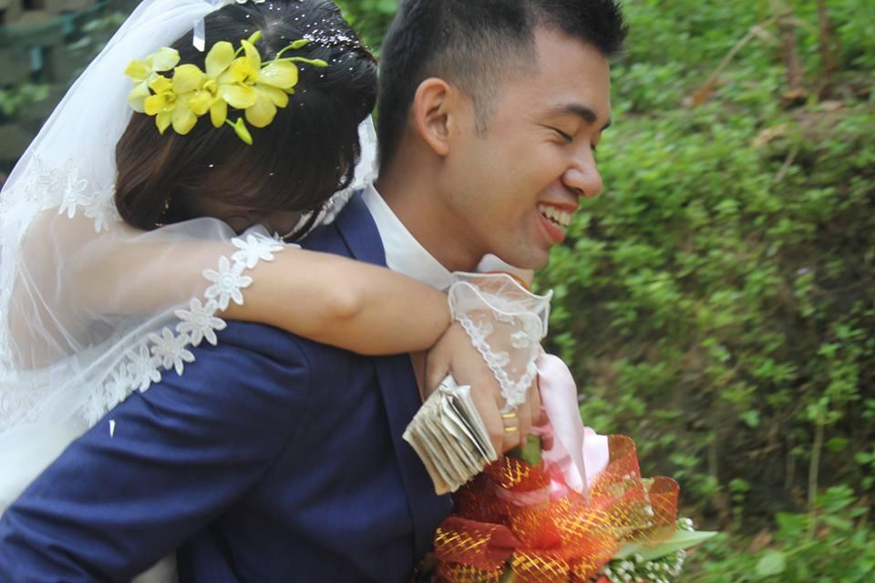 Đám cưới mùa mưa bão: Chú rể hạnh phúc cõng cô dâu qua đoạn đường ngập nước và bùn đất - Ảnh 3.