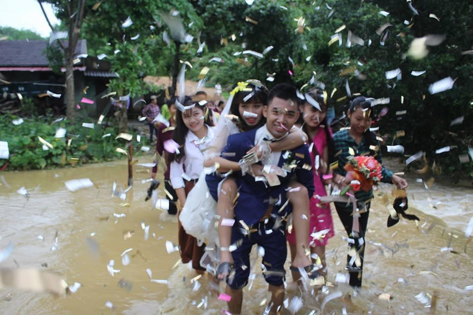 Đám cưới mùa mưa bão: Chú rể hạnh phúc cõng cô dâu qua đoạn đường ngập nước và bùn đất - Ảnh 5.