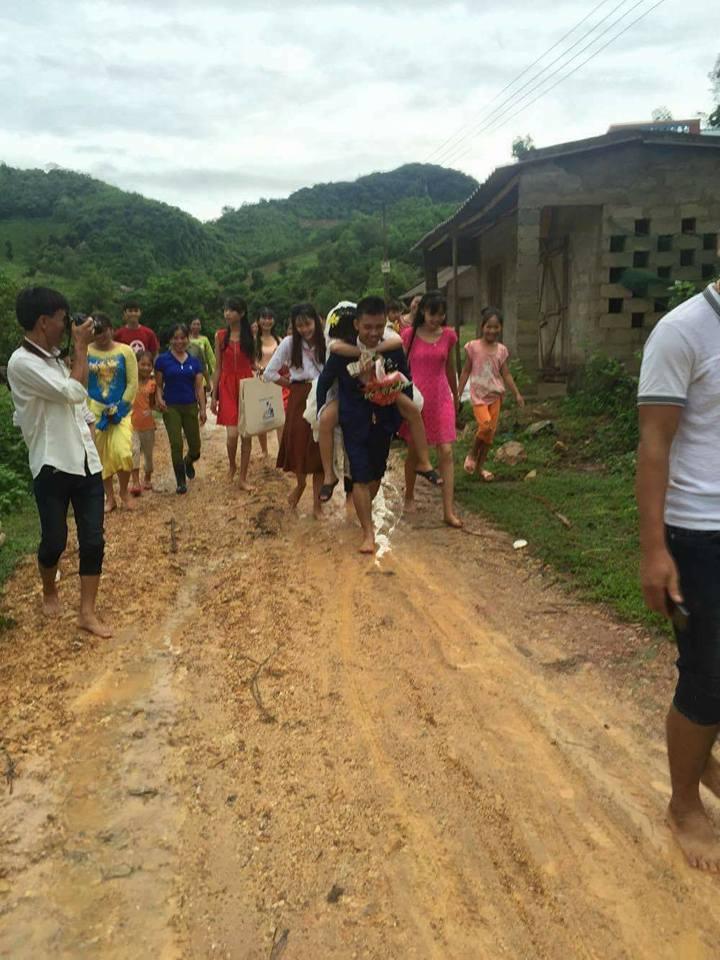 Đám cưới mùa mưa bão: Chú rể hạnh phúc cõng cô dâu qua đoạn đường ngập nước và bùn đất - Ảnh 6.