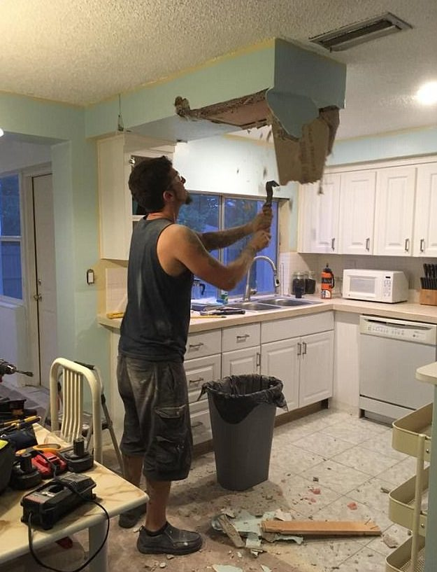 Sửa sang nhà bếp, cặp vợ chồng sững người khi phát hiện một vật đã có hơn nửa thế kỷ - Ảnh 2.