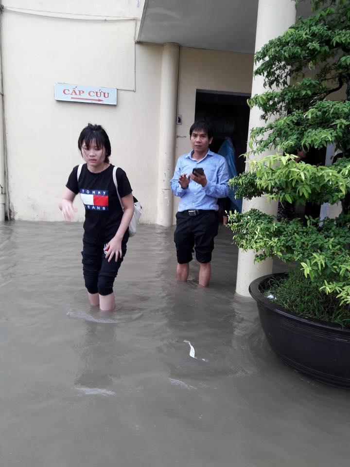 Clip: Người dân đổ xô ra đoạn đường ngập để bắt cá giữa tâm bão số 4 - Ảnh 5.