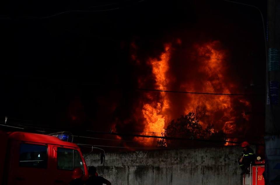 Chùm ảnh: Hàng trăm cảnh sát vất vả chữa cháy ở xưởng nhựa vùng ven Sài Gòn - Ảnh 1.