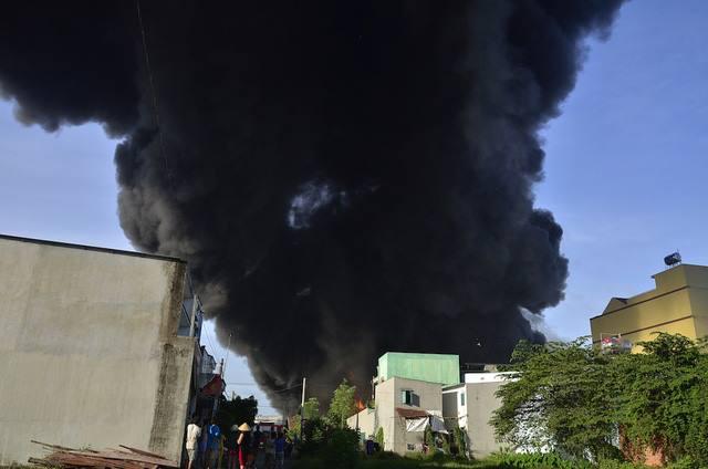 Chùm ảnh: Hàng trăm cảnh sát vất vả chữa cháy ở xưởng nhựa vùng ven Sài Gòn - Ảnh 2.