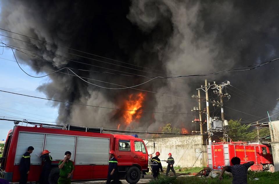 Chùm ảnh: Hàng trăm cảnh sát vất vả chữa cháy ở xưởng nhựa vùng ven Sài Gòn - Ảnh 4.