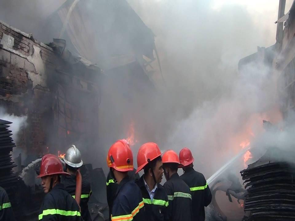 Chùm ảnh: Hàng trăm cảnh sát vất vả chữa cháy ở xưởng nhựa vùng ven Sài Gòn - Ảnh 5.