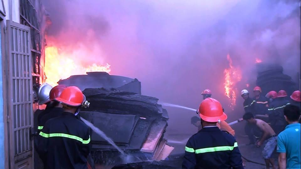 Chùm ảnh: Hàng trăm cảnh sát vất vả chữa cháy ở xưởng nhựa vùng ven Sài Gòn - Ảnh 9.