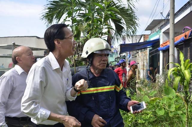 Chùm ảnh: Hàng trăm cảnh sát vất vả chữa cháy ở xưởng nhựa vùng ven Sài Gòn - Ảnh 10.