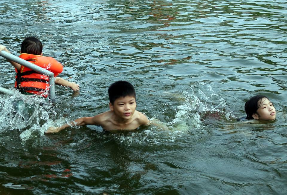 Hà Nội: Người dân góp tiền cải tạo ao làng ô nhiễm thành bể bơi khổng lồ miễn phí cho trẻ nhỏ - Ảnh 2.