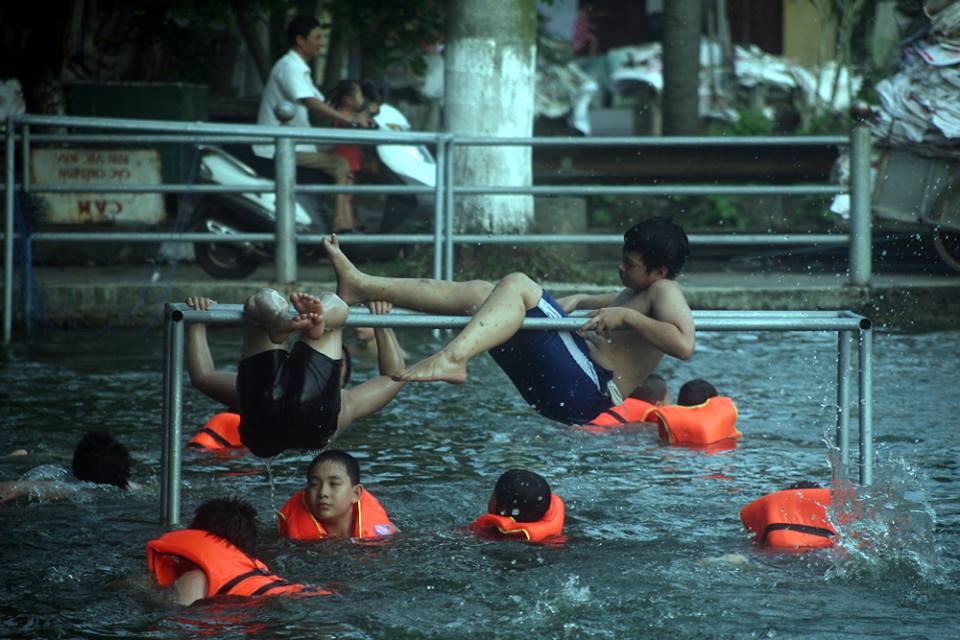 Hà Nội: Người dân góp tiền cải tạo ao làng ô nhiễm thành bể bơi khổng lồ miễn phí cho trẻ nhỏ - Ảnh 6.