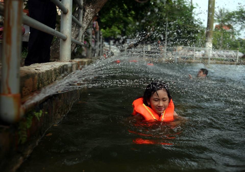 Hà Nội: Người dân góp tiền cải tạo ao làng ô nhiễm thành bể bơi khổng lồ miễn phí cho trẻ nhỏ - Ảnh 7.