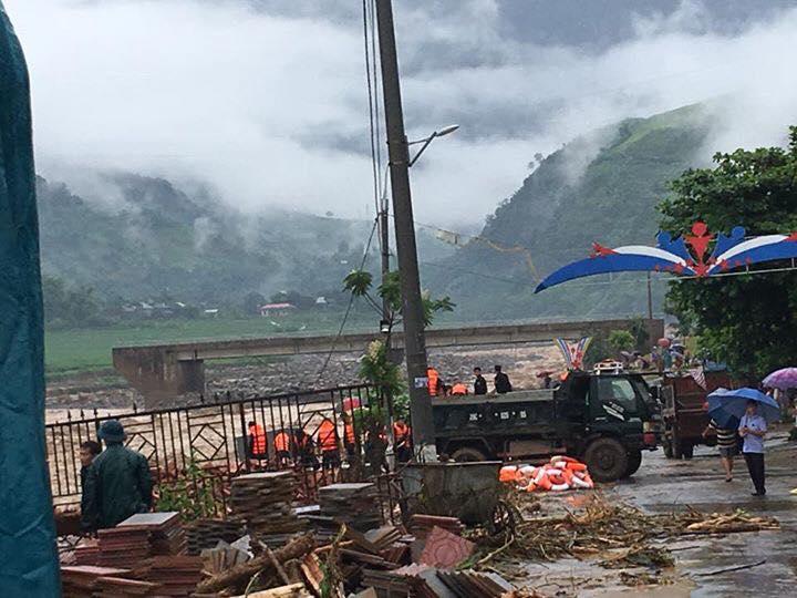 Chùm ảnh và clip về trận lũ quét kinh hoàng ở Yên Bái, Sơn La khiến nhiều người chết và mất tích - Ảnh 15.