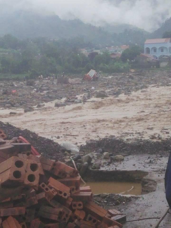 Chùm ảnh và clip về trận lũ quét kinh hoàng ở Yên Bái, Sơn La khiến nhiều người chết và mất tích - Ảnh 13.