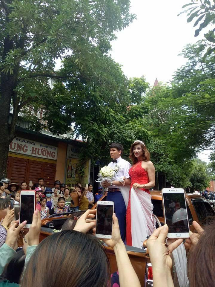 Hàng trăm người hiếu kì xem đám cưới của cô dâu chuyển giới và chú rể Thanh Hóa - Ảnh 3.