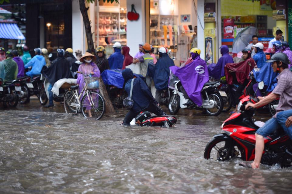 Chùm ảnh: Xe máy đổ rạp trước sóng nước ở đường Phạm Ngọc Thạch sau mưa - Ảnh 6.