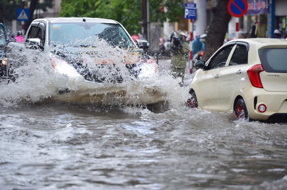 Chùm ảnh: Xe máy đổ rạp trước sóng nước ở đường Phạm Ngọc Thạch sau mưa - Ảnh 8.
