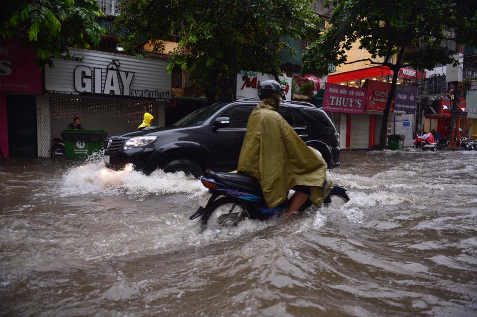 Chùm ảnh: Xe máy đổ rạp trước sóng nước ở đường Phạm Ngọc Thạch sau mưa - Ảnh 10.