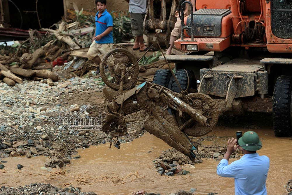 Loạt xe máy biến dạng ngoi lên từ bùn lầy sau lũ - Ảnh 6.