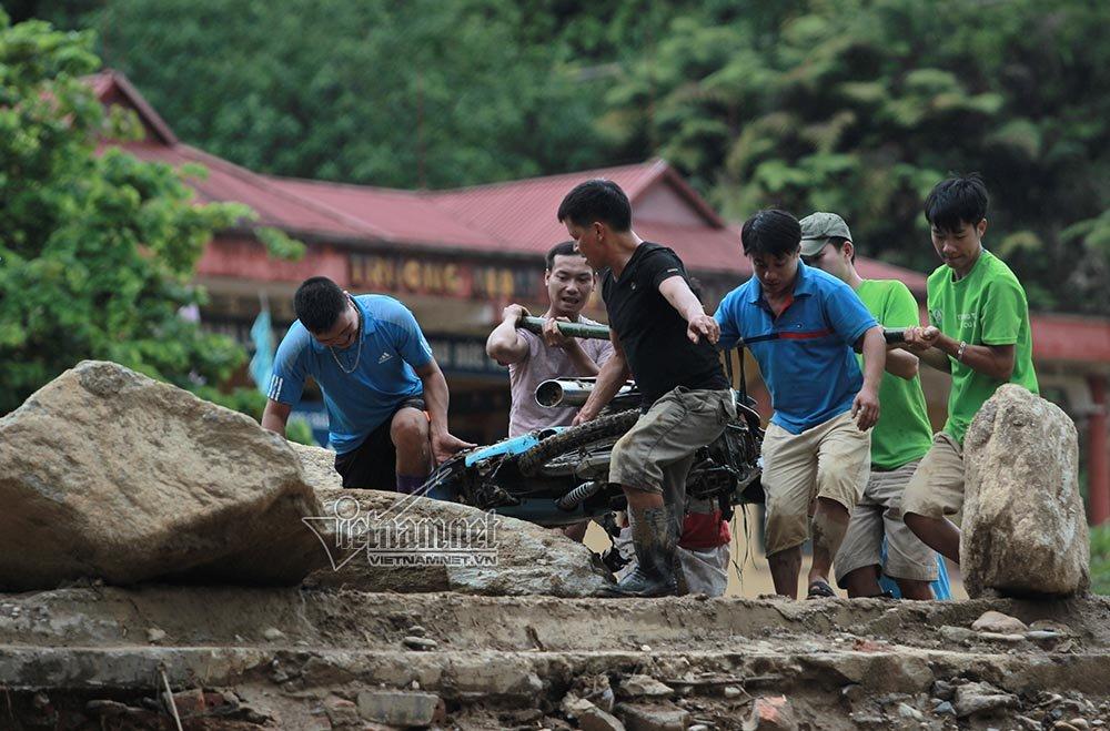 Loạt xe máy biến dạng ngoi lên từ bùn lầy sau lũ - Ảnh 9.