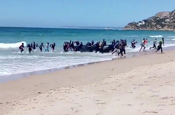 Đang tắm biển, du khách thất kinh trước màn đổ bộ của người nhập cư - Ảnh 2.