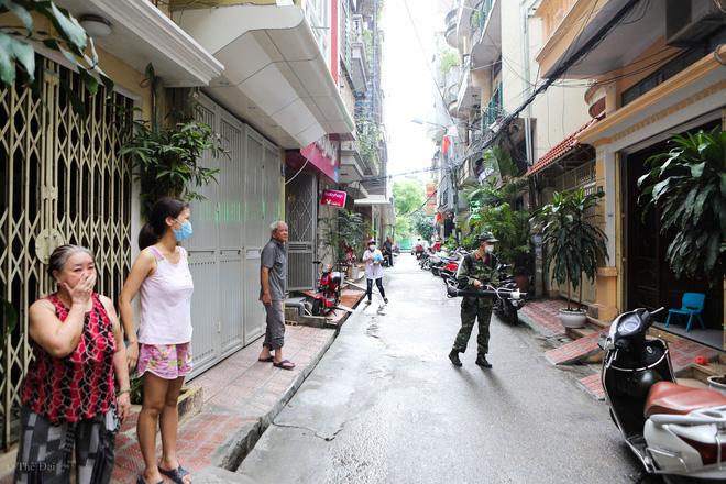 Hà Nội: Cán bộ tới tận nhà phun thuốc diệt muỗi, nhiều hộ dân đóng cửa, lấy lý do không cho tiếp cận - Ảnh 1.