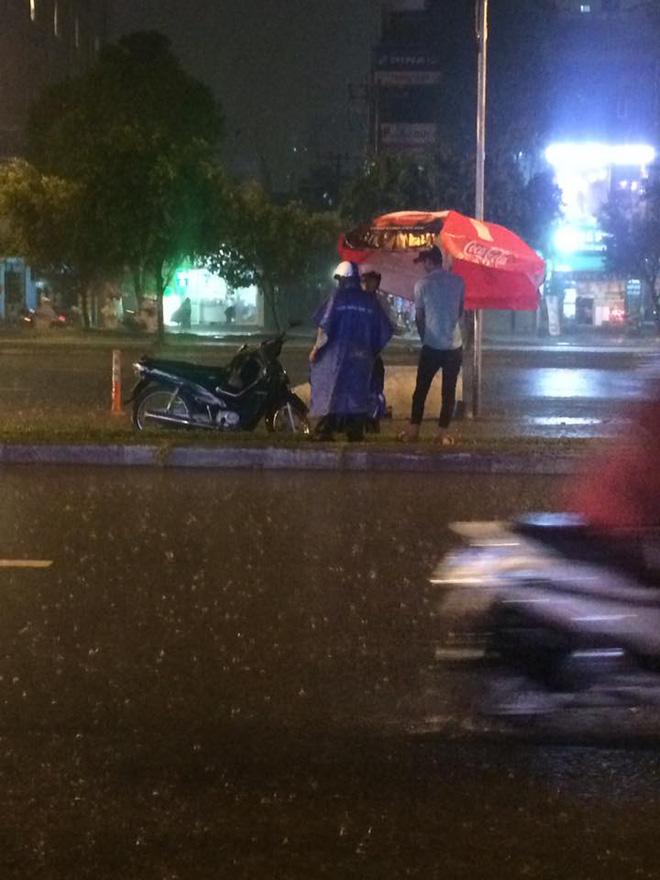 Câu chuyện đẹp giữa lòng Sài Gòn: Người đàn ông chạy SH dừng dưới mưa 40 phút bên nam thanh niên say xỉn - Ảnh 2.