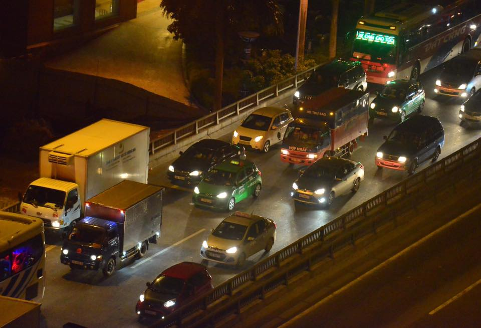 Hà Nội: Vành đai 3 ùn tắc nhiều tiếng đồng hồ, người dân vạ vật ngoài cao tốc bắt xe về quê trong đêm - Ảnh 4.