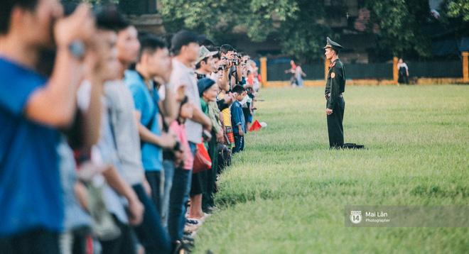 Clip: Người dân Hà Nội chia sẻ cảm xúc trong Lễ chào cờ thiêng liêng sáng 2/9 ở Quảng trường Ba Đình - Ảnh 7.