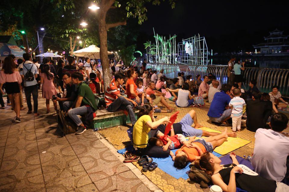 Hàng ngàn người dân đổ về Công viên Đầm Sen xem pháo hoa mừng Tết Độc Lập - Ảnh 3.