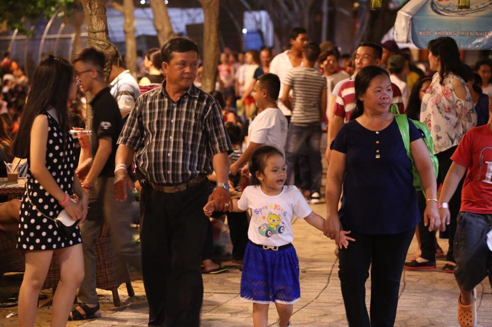 Hàng ngàn người dân đổ về Công viên Đầm Sen xem pháo hoa mừng Tết Độc Lập - Ảnh 7.