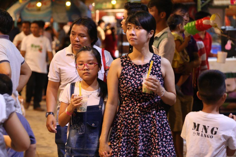 Hàng ngàn người dân đổ về Công viên Đầm Sen xem pháo hoa mừng Tết Độc Lập - Ảnh 6.